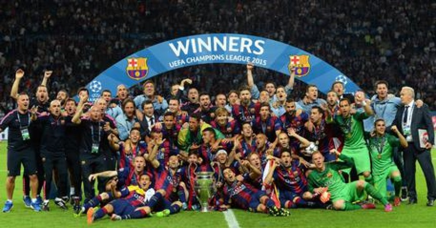 epa04787140 FC Barcelona players celebrate with the trophy after the UEFA Champions League final between Juventus FC and FC Barcelona at the Olympic stadium in Berlin, Germany, 06 June 2015. Barcelona won 3-1.  EPA/ANDREAS GEBERT