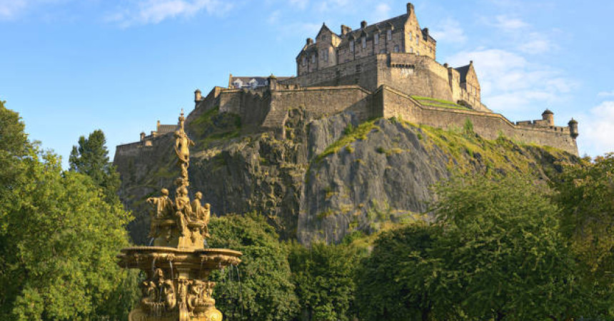 Edinburgh Castle, Scotland,vista dai Princes Garden con Ross Fountain