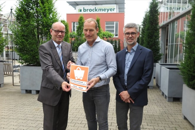 Personen von links: Thomas Kunz (Hauptgeschäftsführer Handelsverband OWL), Henry Brockmeyer (Inhaber), Hans-Peter Obermark (Handelsverband OWL)