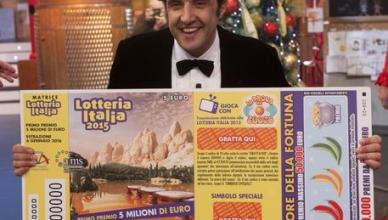 """Il conduttore Flavio Insinna durante il programma Rai """"Affari tuoi"""" abbinato all'estrazione della Lotteria Italia, Roma, 06 gennaio gennaio 2016.  ANSA/CLAUDIO PERI"""