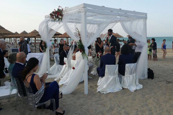 Matrimonio Spiaggia Lazio : Montesilvano pe celebrati i primi due matrimoni all