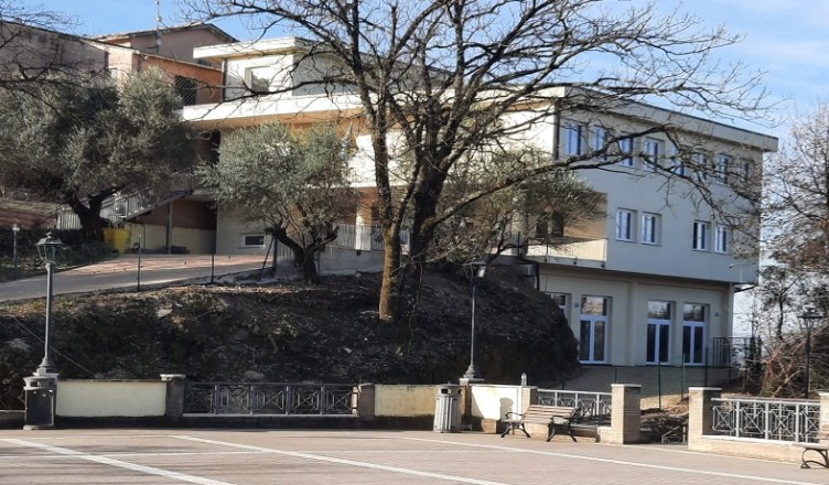 Scuola Crecco e Piazza Aldo Moro in Colli