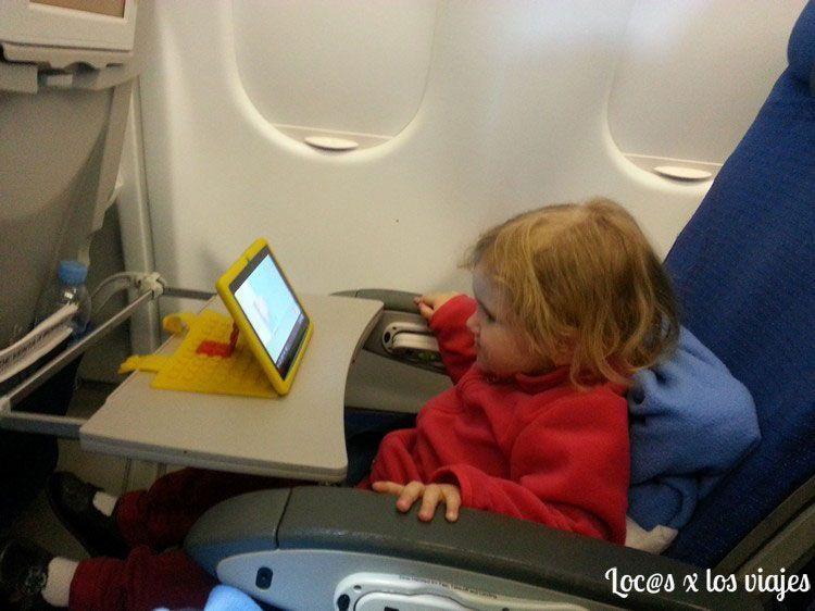 Iris viendo dibujos en la tablet