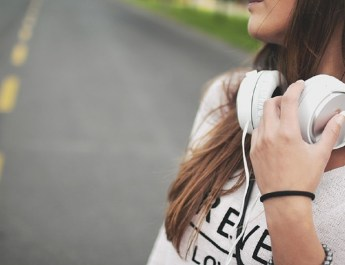 girl_with_headphones_1