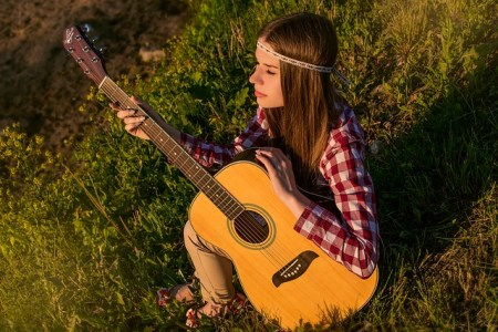 fille joue Guitare folk