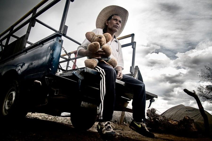 ritratto di un messicano seduto su un furgone con il mio orsacchiotto