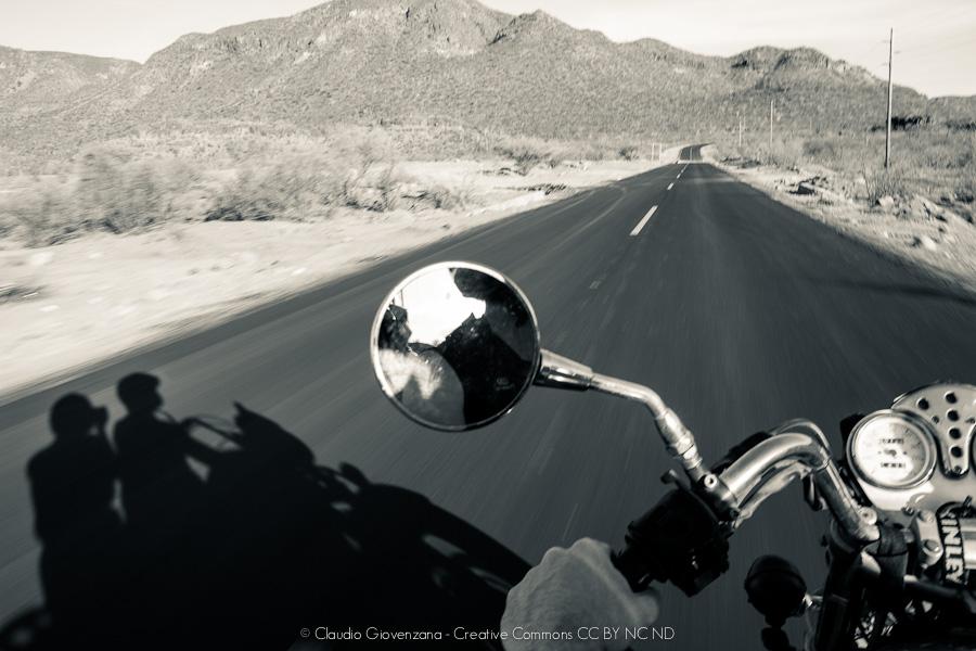Viaggiare in moto guzzi nel deserto della california
