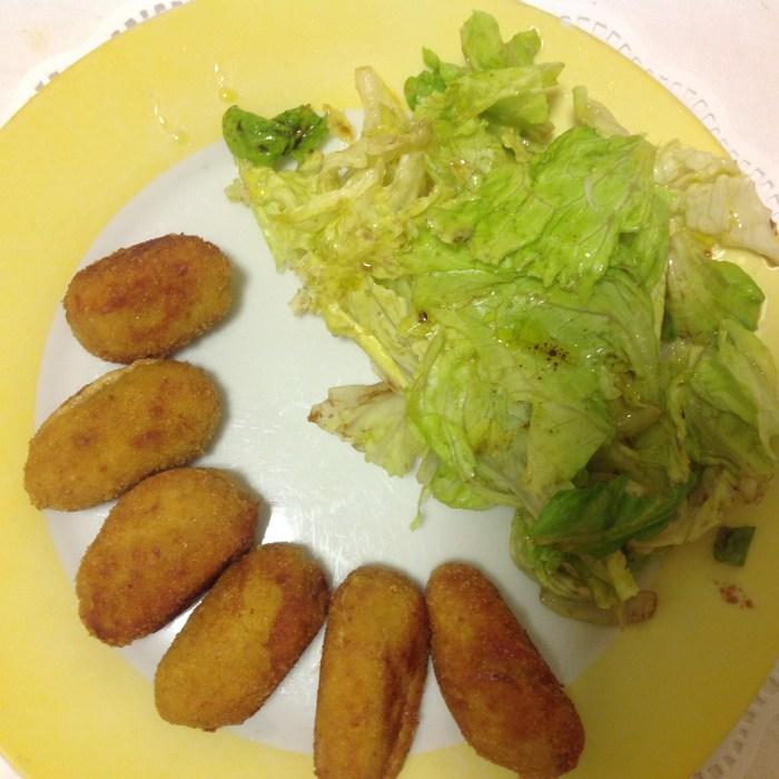 croquetas de bechamel y carne de cocido con ensalada