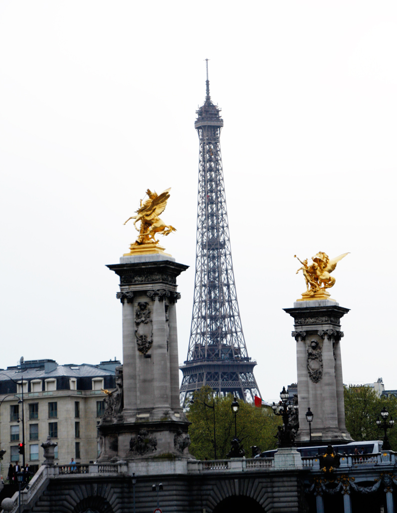 paris-eiffel-tower-gold-statue