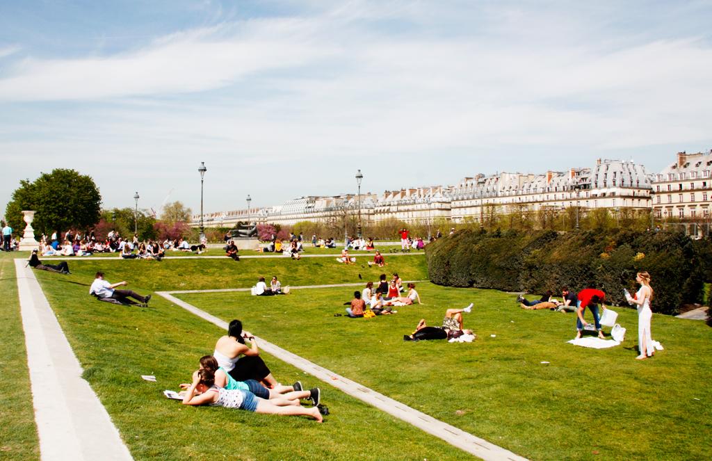 paris-lourve-gardens-parisians