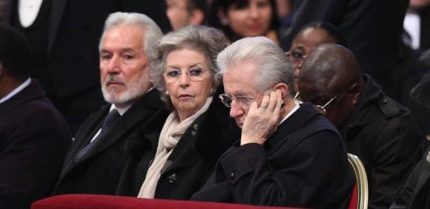 Monti al telefono durante la messa a San Pietro