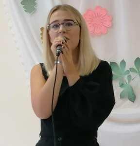 dainavo įspūdingo balso savininkė-solistė Martyna Valaitytė