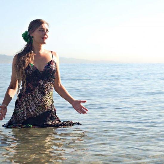 3 Met jurk in zee