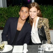 Olivier Rousteing con Karly Kloss