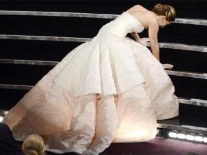 Jennifer Lawrence cade, ma con abito Dior
