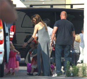 Angelina Jolie porta i 6 figli al parco acquatico di Malta