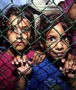 Bambini internati nei campi dei rifugiati gestiti dall'Australia