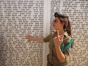 Una giovane militare israelina mostra il memoriale della battaglia di Latrun