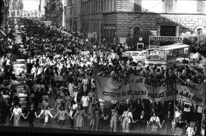 Manifestazione negli anni settanta per l'aborto.