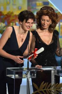 Sofia Loren consegna ad Alice Rohrwacher il Gran Premio della Giuria al Festival di Cannes 2014
