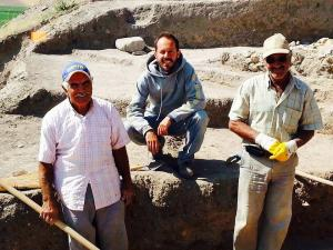 Il nostro uomo in Turchia, insieme a due lavoratori locali. Il sito è lontano da grandi città. La più vicina, Sorgun, è a mezz'ora di automobile.
