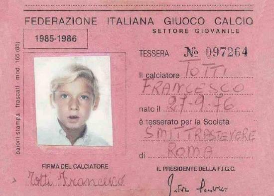 Totti è un giuocatore della Roma dal 1989 (squadra giovanile) ed ha esordito in serie A nel marzo 1993