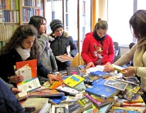 ragazzi-in-biblioteca