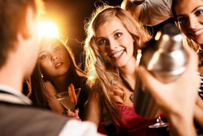 8531253-bella-ragazza-con-cocktail-vedendo-barista-al-party