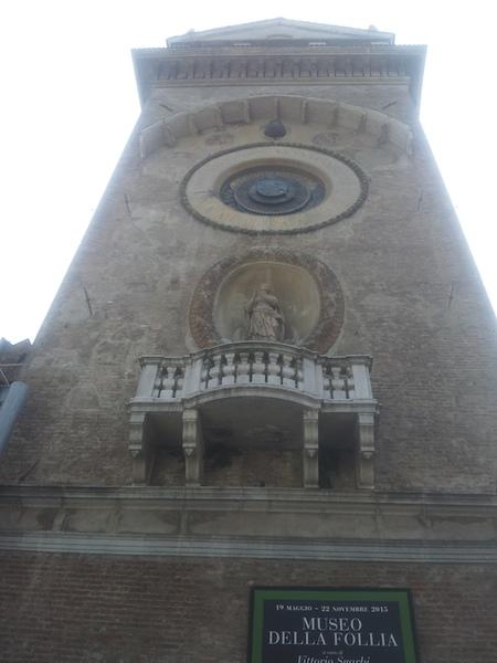 Torre dell'Orologio ed entrata Museo della Follia.