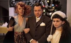 """Fantozzi in mezzo alla moglie, la mitica signora Pina, e la figlia la """"babbuina"""" Mariangela"""