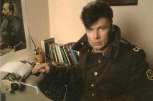Un giovane Eduard Limonov con la sua inseparabile giacca militare