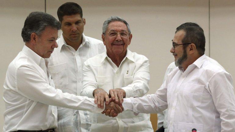 La storica stretta di mano tra il presidente colombiano Juan Manuel Santos e il leader delle FARC, Timochenko, con Raúl Castro, a Cuba nel settembre 2015