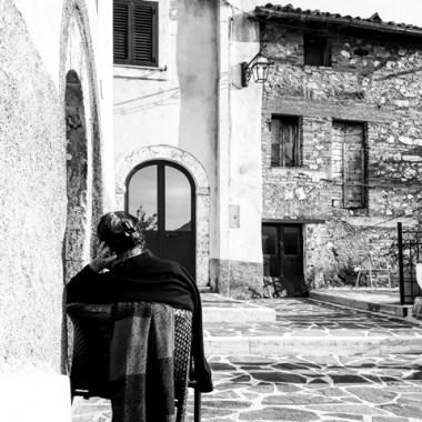 """I piccoli paesi aquilani. Un fermo immagine nel mezzo del passaggio dei """"forestieri"""". Celano (AQ). Ottobre 2016. Foto: Costanza"""