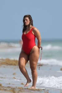 Ashley-Graham-in-Red-Swimsuit-2017-120-662x993