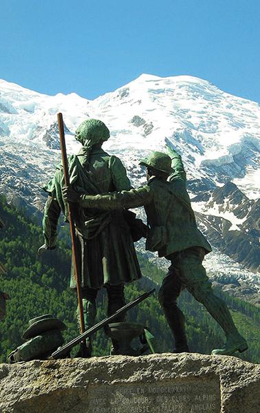 Monumento a Jacques Balmat e H.B. De Saussure, conquistatori del monte Bianco, Chamonix