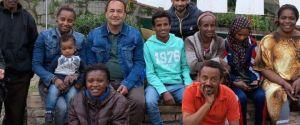 Riace, il sindaco Domenico Lucano e alcuni migranti da lui accolti.