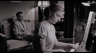 Filmaccio geniale dei due fratelli discoli per eccellenza di Hollywood. Grande fotografia, grandissima prova di attori, da una Scarlett Johansson ancora minorenne alle maschere di Billy Bob Thornton e Frances McDormand, al frenetico James Gandolfini. Forse l'apice dei fratelli Cohen.