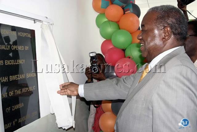 President Banda unveils a placard