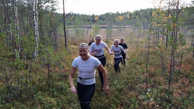 Hedda, Hulda, Elsa, Pontus och Olivia springer över myren.