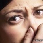 طردت 24 مرة من المدرسة بسبب رائحتها الكريهة