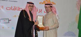 """جمعية الأطفال المعوقين تكرّم بنك الرياض لدوره الفاعل في إنجاح برنامج """"بطاقات التهاني"""""""