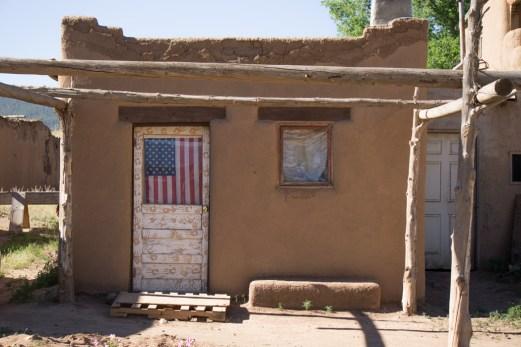 Drapeau américain - Magnifique Taos Pueblo - Nouveau Mexique