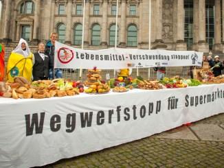 Die von Misereor und Leere Tonne vor dem Bundestag aufgestellte »Tafel der Verschwendung« zum diesjährigen Welternährungstag ©Foto: Huber