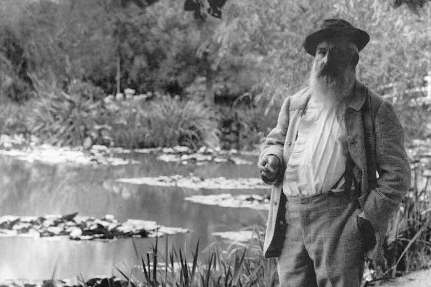 Claude-Monet-a-Giverny-davanti-allo-stagno-delle-ninfee-1905