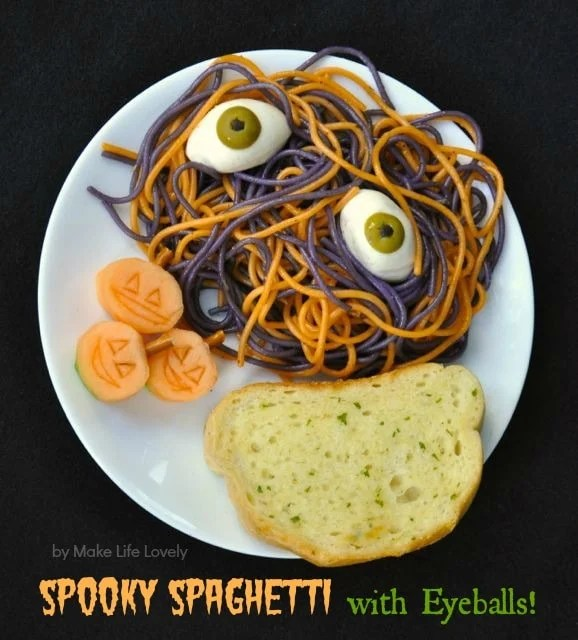 Spooky spaghetti with eyeballs Halloween dinner recipe. Such great Halloween food!