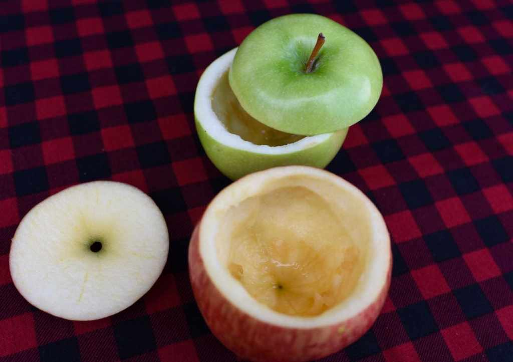 Hollow out the apples to make apple pie baked in an apple