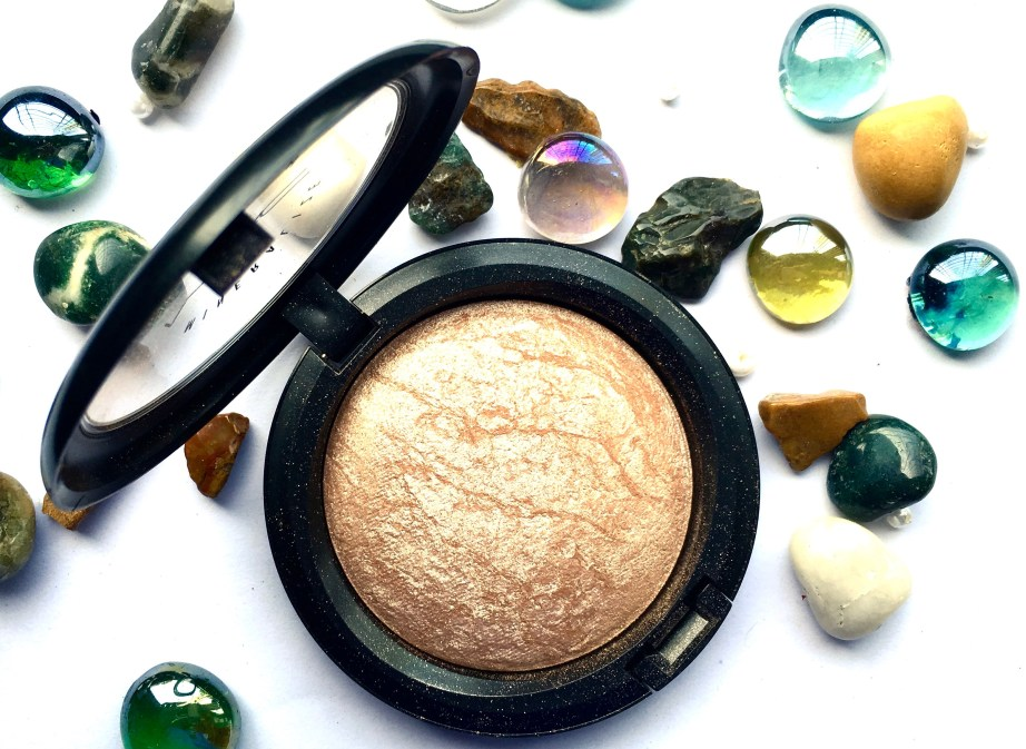 MAC Soft & Gentle Mineralize Skinfinish Highlighter Review Swatches close up