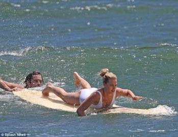Margot-Robbie-Surf-Ogreniyor-2