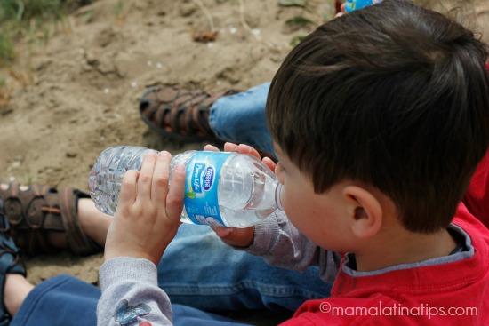 nino tomando agua