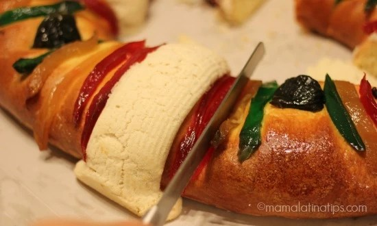 Cutting the rosca de reyes